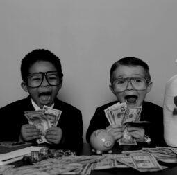 kinderen-geld-scaled-darken
